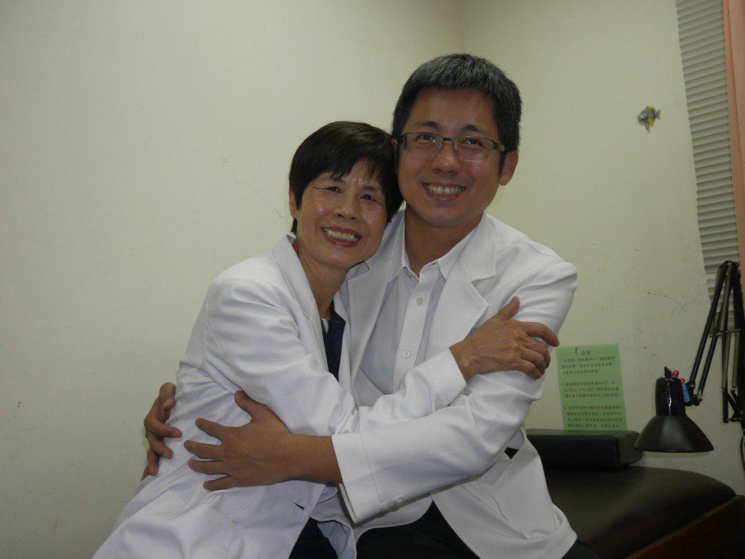 林月慎(左)因為小兒子而學中醫,小兒子台大機械系畢業也去考中醫特考,母子倆都成為...