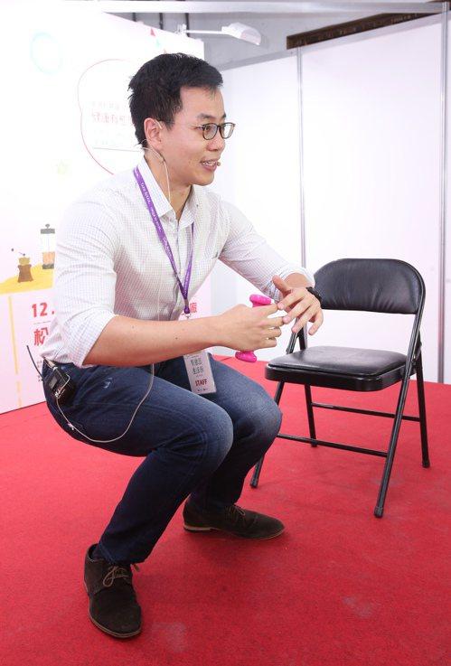 林口長庚醫院復健科醫師王思恒示範深蹲等運動,可降低疾病風險。圖/聯合報系資料照片
