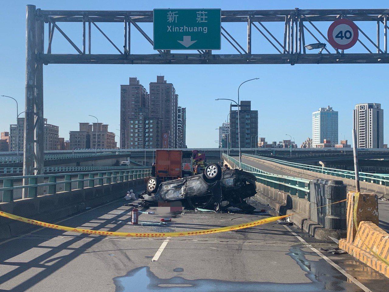 來往雙北地區的中興橋發生嚴重交通事故,2輛小客車生擦撞,1車當場翻覆、爆炸起火,...