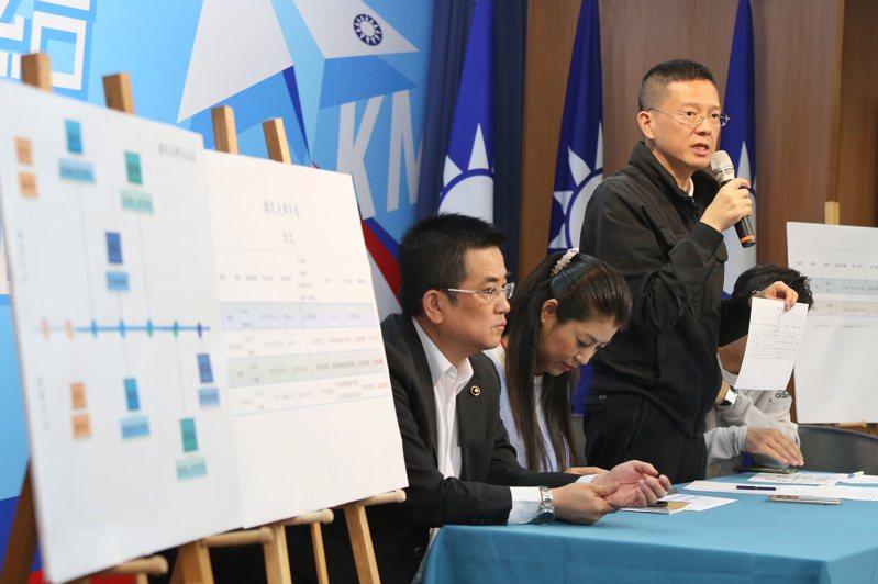 韓國瑜競選總部公開韓國瑜夫婦房產的歷來房產交易買賣資訊及資料,韓國瑜競選辦公室副執行長孫大千(右)一一說明。記者林伯東/攝影