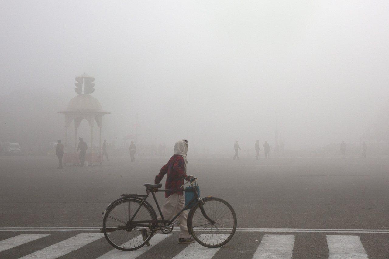 新德里近日遭遇嚴重空汙,引發公共衛生危機。 (美聯社)