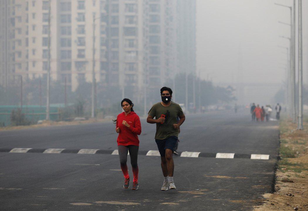 空汙嚴重在戶外運動等於是慢性自殺,恐怕會吸入過多汙染物。 (路透)