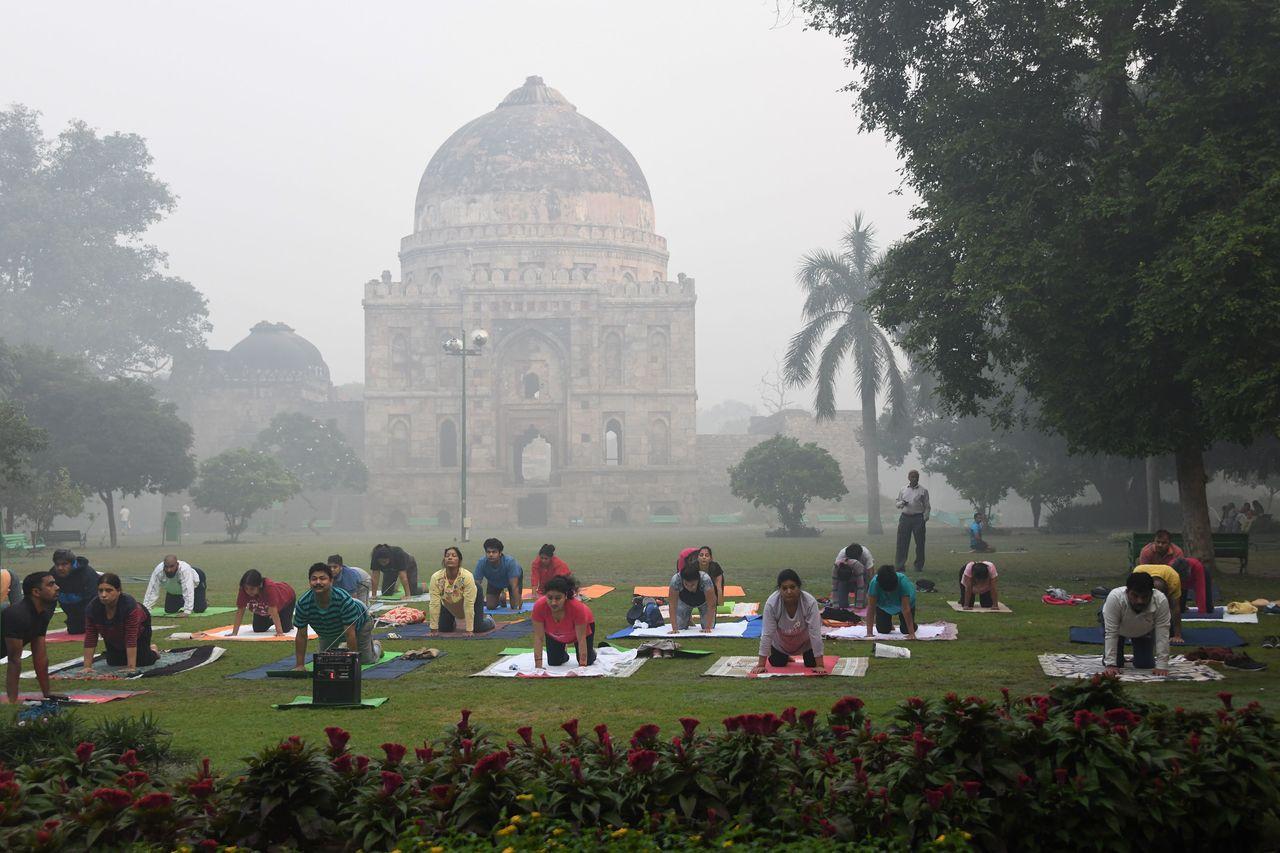 即便空氣品質糟糕,但印度德里人仍置之不顧,依舊外出做瑜伽。 (法新社)