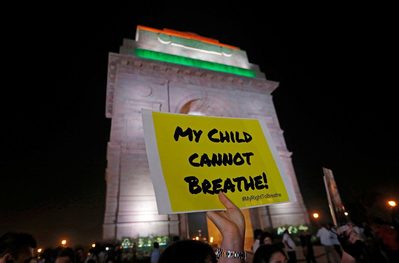 由於空汙問題嚴重,憤怒的印度民眾5日晚間齊聚國家紀念碑「印度門」抗議,要求政府有...