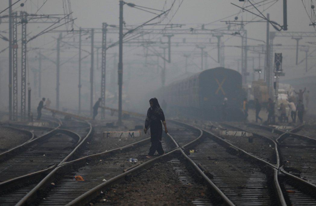 新德里15日早晨遭嚴重霧霾封鎖,空氣品質達危險等級。 (路透)