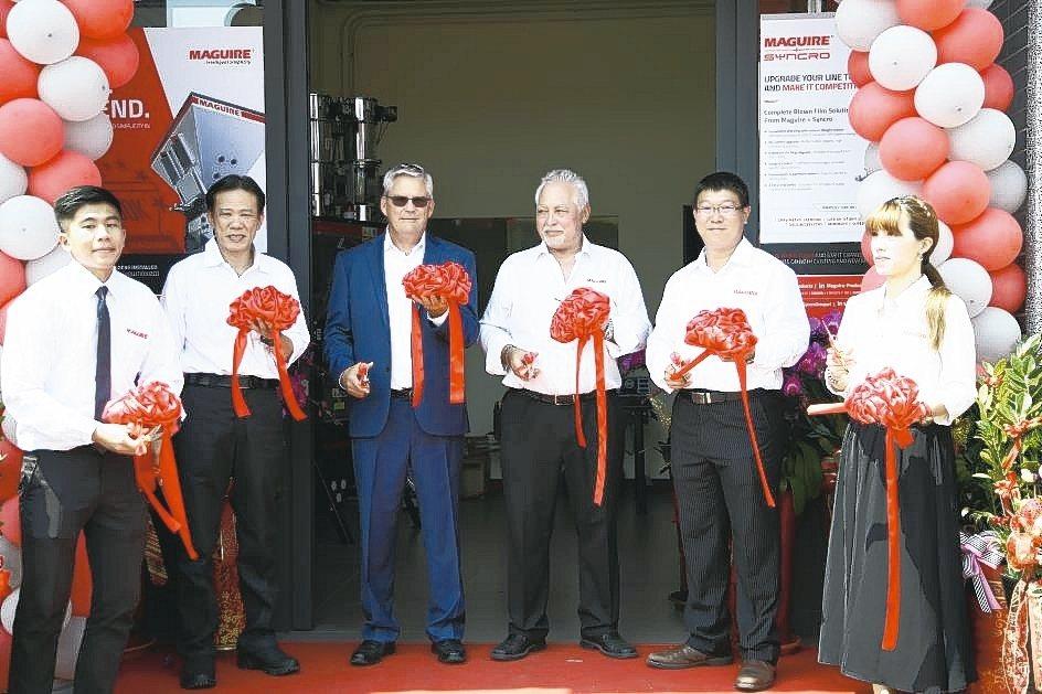 美鍇全球銷售副總裁Frank Kavanagh(左三起)、美鍇新加坡亞洲總部董事...