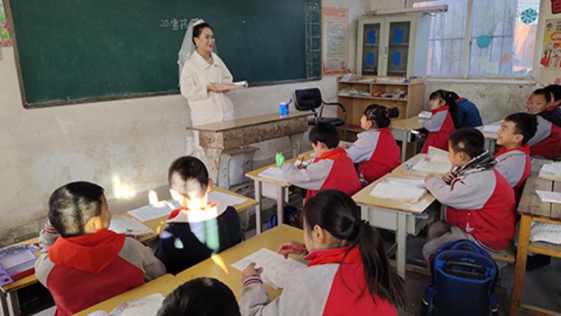 鄉村教師婚禮當天穿婚紗上課,不想讓孩子落下一節課。圖/世界日報提供