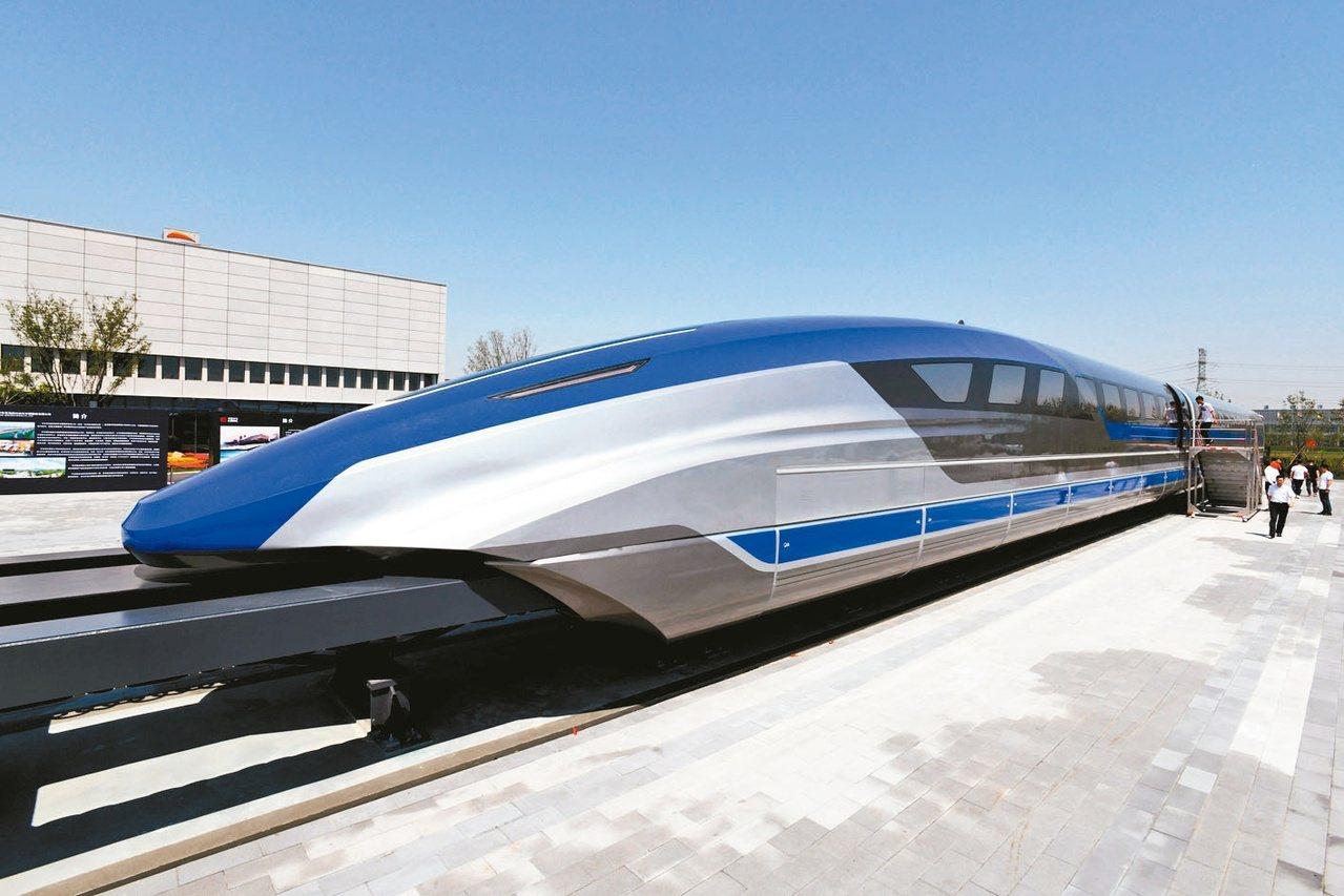 中國時速600公里高速磁浮試驗樣車今年5月在青島下線,受到民眾圍觀。新華社