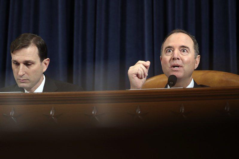 民主黨籍眾院情報委員會主席謝安達(右)在聽證會上讀出一段川普總統的推文。(美聯社)