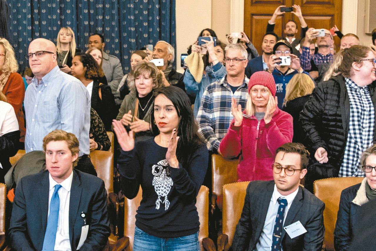 美國前駐烏克蘭大使尤凡諾維契作證結束,旁聽民眾起立為她鼓掌。 (美聯社)