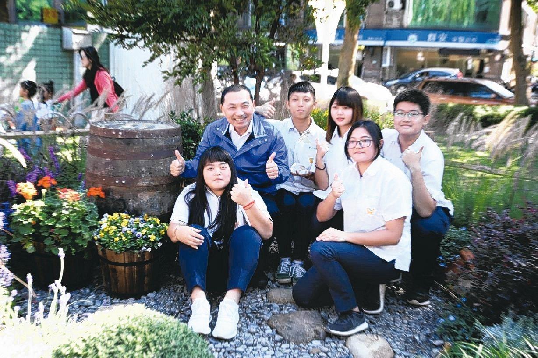 新北市長侯友宜與全國青年景觀競賽第一名淡水商工選手合影。 圖/新北市政府提供