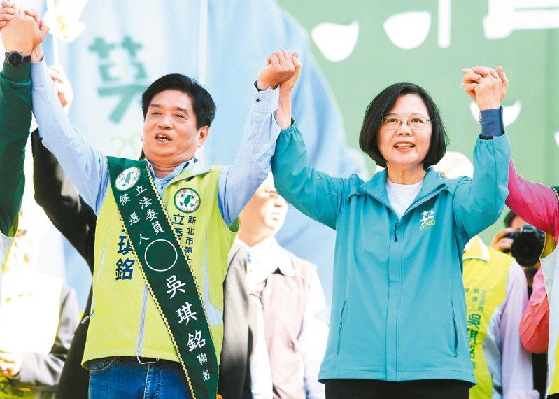 蔡英文總統(右)上午幫立委參選人吳琪銘(左)站台。 記者林澔一/攝影