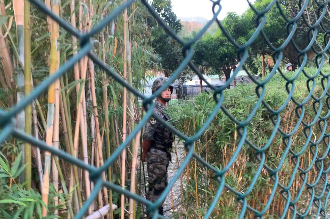 根據香港附屬法例,除非漁護署署長批准,否則解放軍不可在郊野公園內切割或摘除植物。...