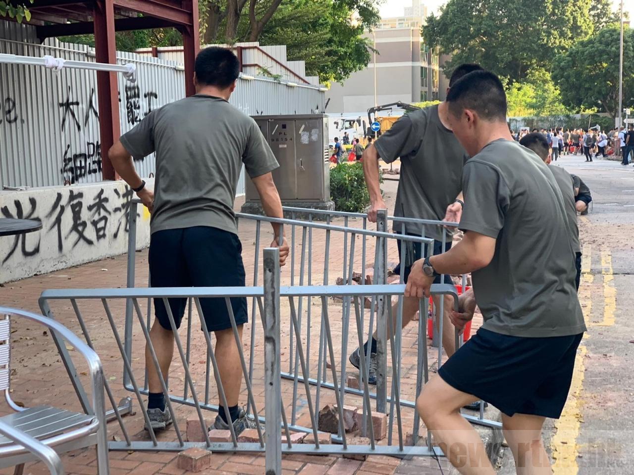 「反送中」網民發起的民間記者會,也直指駐港部隊步出軍營清理路障,明顯為溫水煮蛙。...