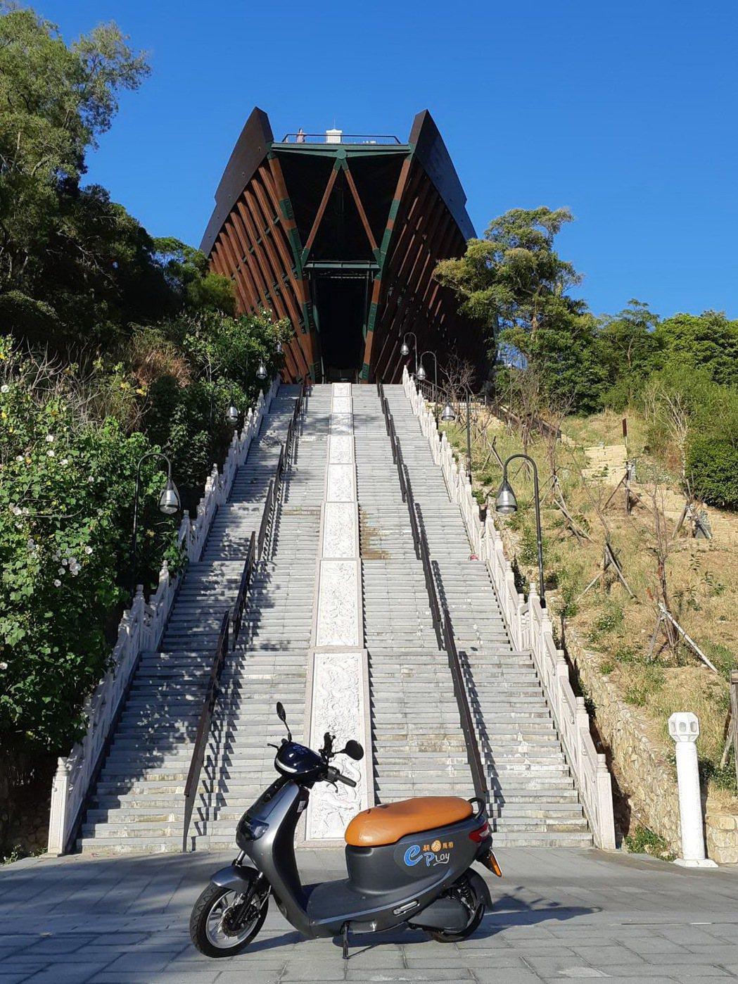旅客至馬祖遊玩可下載e騎玩馬祖app預定iE125一手打包馬祖旅遊景點。 圖/中...
