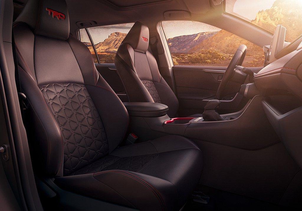 Toyota RAV4 TRD Off-Road導入許多紅色飾板與縫線增加整體視...