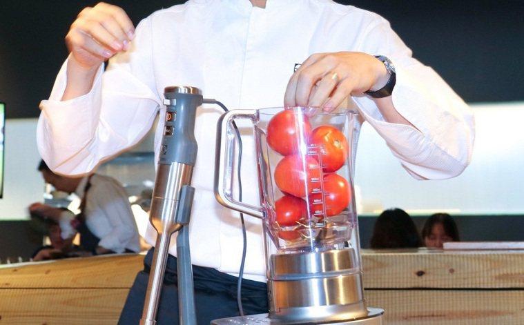使用榨汁機處理蔬果示意圖。本報資料照