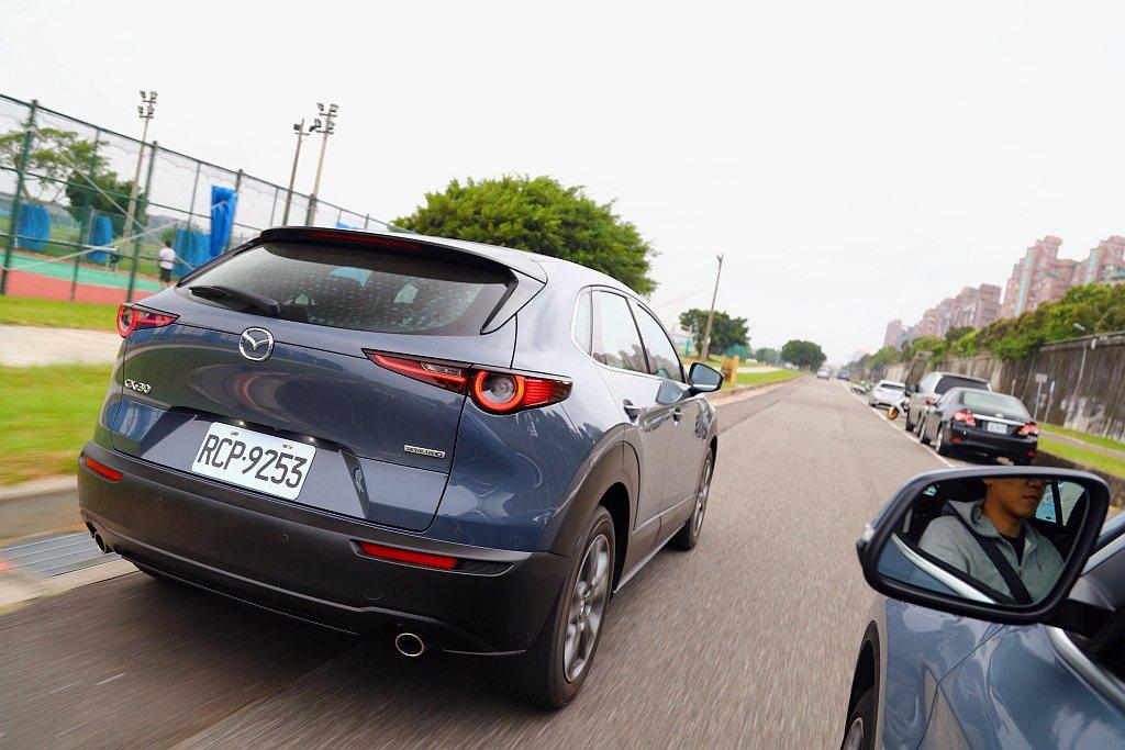 擔心標準休旅車尺碼過大不利街道遊走,又考慮小型跨界休旅空間太狹隘,看來Mazda...