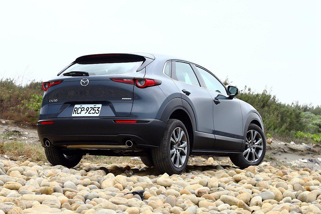 為符合跨界需求,Mazda CX-30車身周圍大量使用霧黑防刮面板。有趣的是,車...