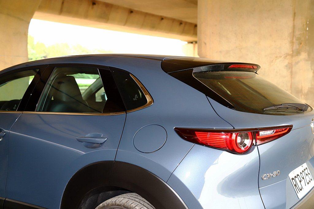 Mazda CX-30則因後座頭頂空間修正,向後延伸車頂線而顯得更協調,與多人印...