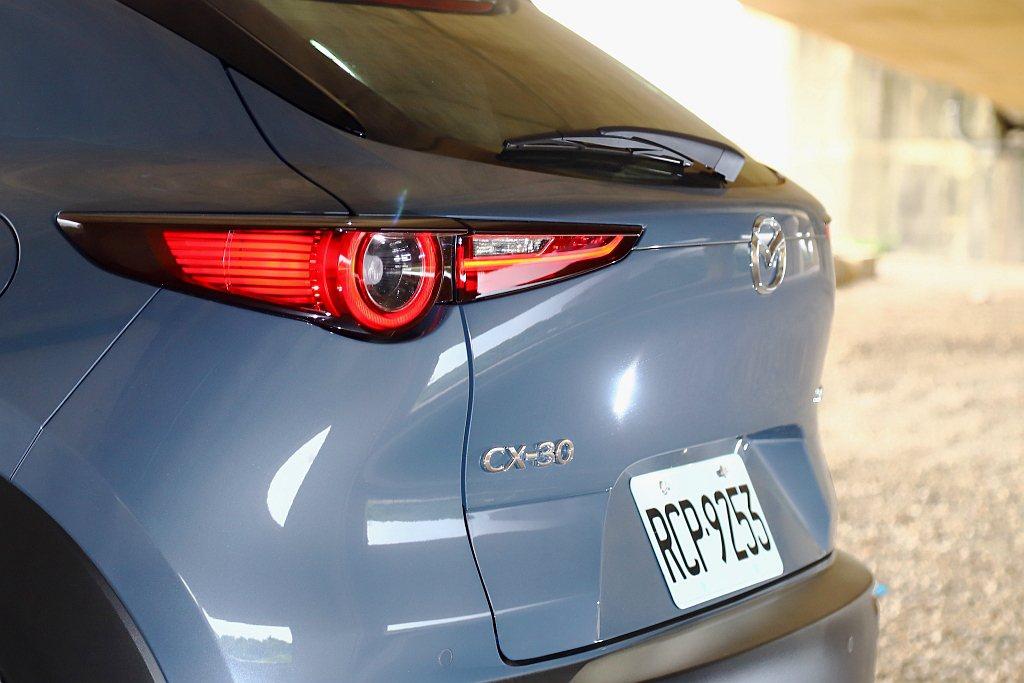 車尾獨特「翹臀」摺線,搭配細長LED尾燈組,使Mazda CX-30有著不可錯認...