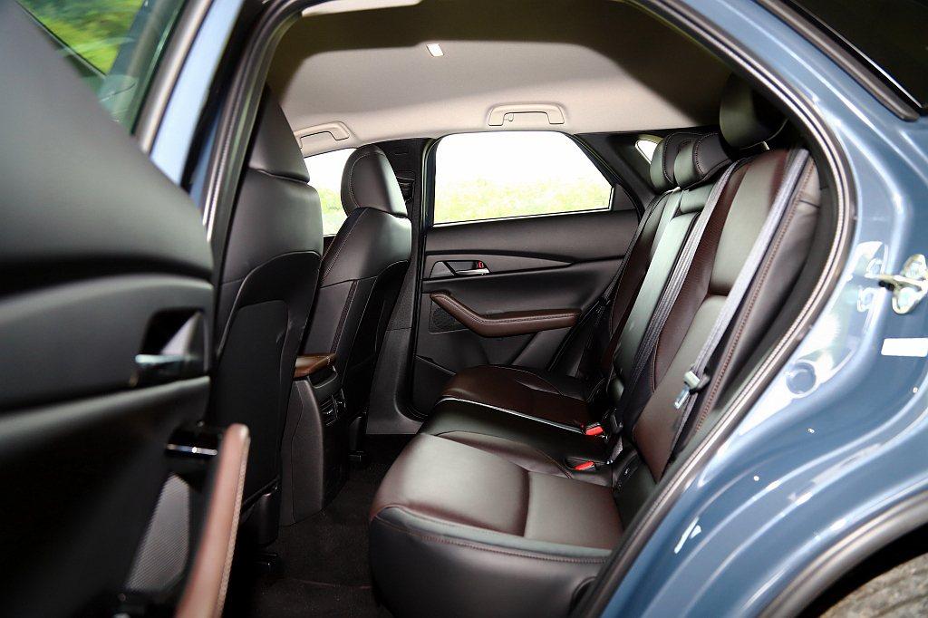 Mazda CX-30後座膝部空間表現不算太差,加上車頂高度重新調整,使空間寬闊...
