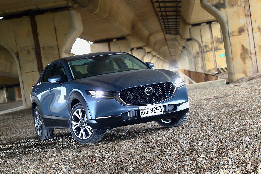 Mazda CX-30比較算是自轎車到休旅車之間開闢的新車型,不僅乘坐空間、路面...