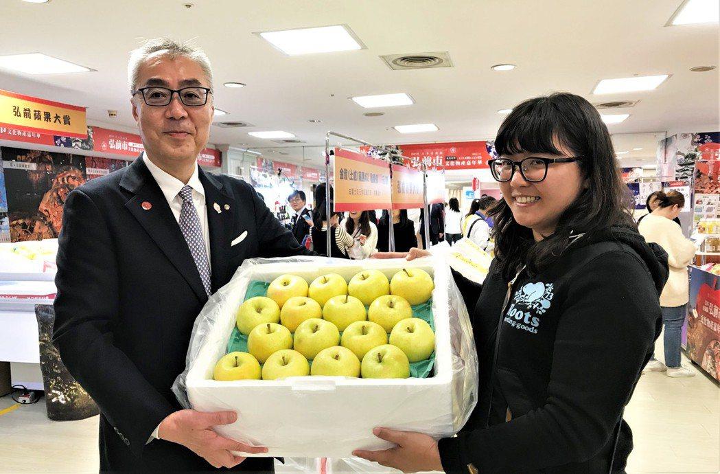 日本東北青森縣的蘋果,是許多愛吃蘋果消費者的最愛,更以整箱採購行動表達支持。記者...