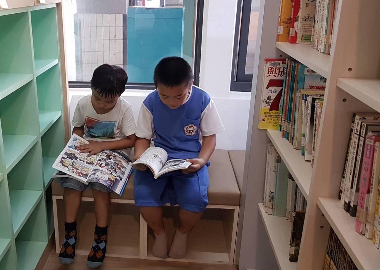 小朋友沉浸在輕鬆舒適的閱讀氛圍中。圖/九如國小提供