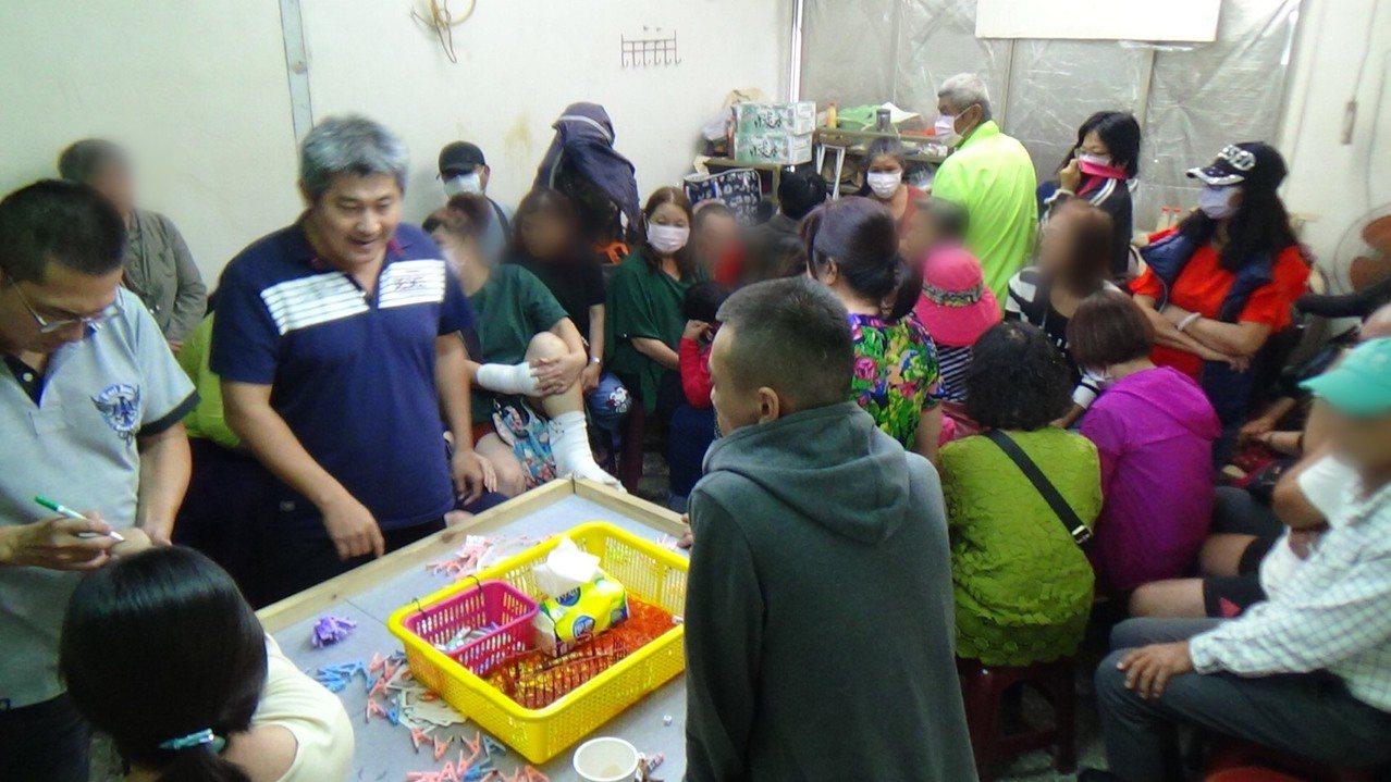 麻豆警分局在一處檳榔攤樓上查獲職業賭場。記者吳淑玲/翻攝