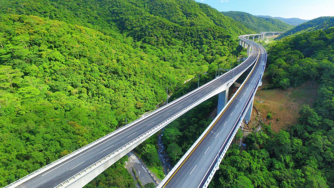 南迴公路太麻里香蘭至達仁安朔,全長近60公里的拓寬工程,無論截彎取直或高架橋的設...