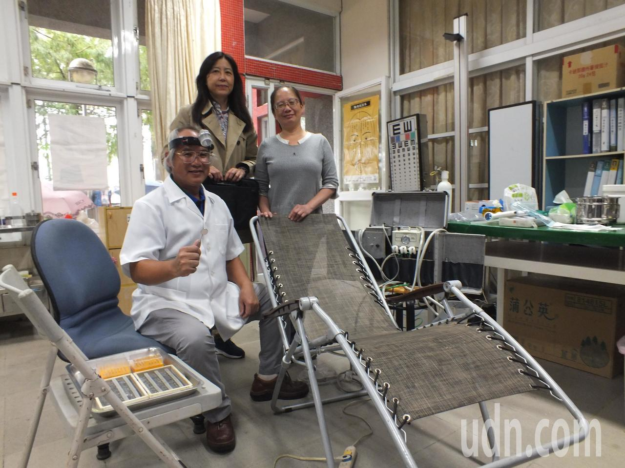 牙醫師吳健民(左一)在巡迴醫療時,必須克服場地限制,自備躺椅、耗材、氣動幫浦等,...