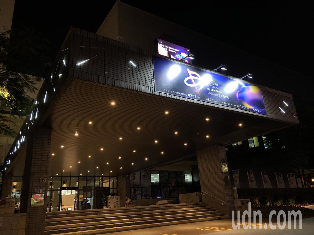 2020台灣燈會在台中,大墩文化中心以50朵大小不一、各種色彩的花朵,螺旋懸吊於...