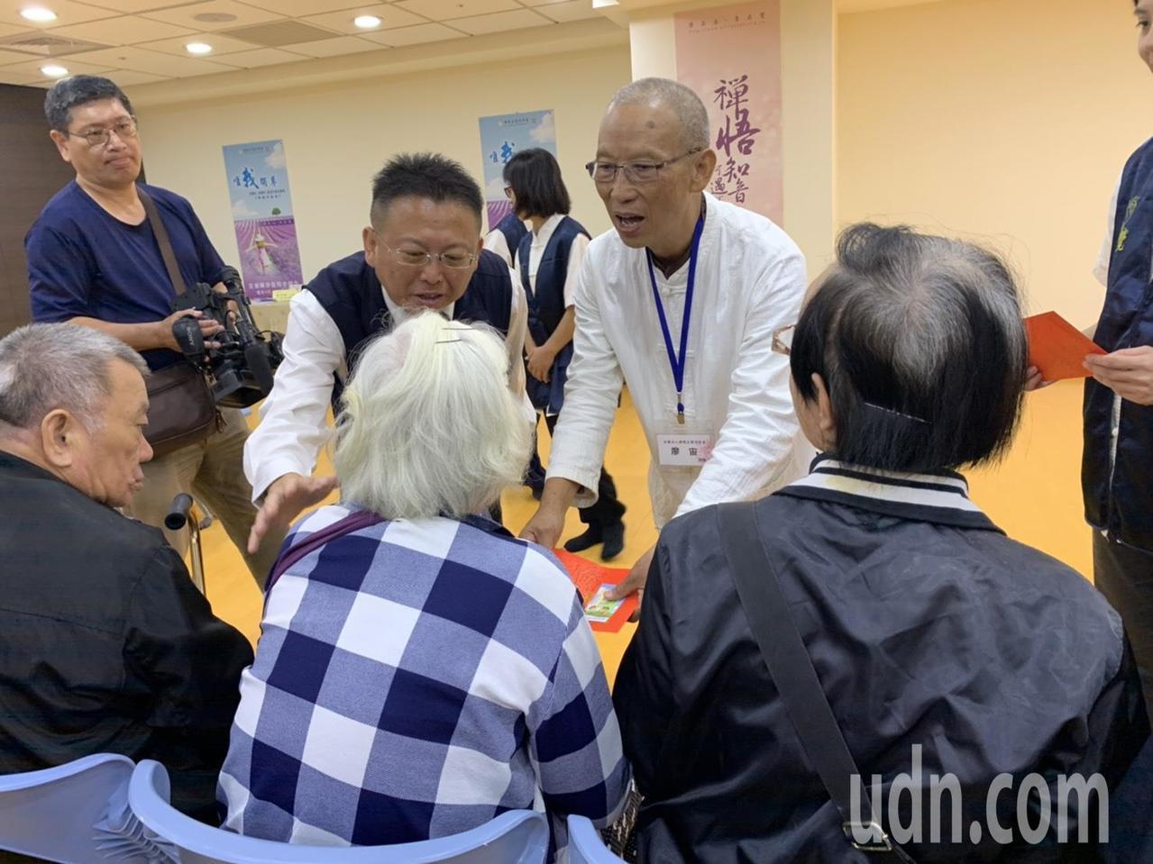 佛教正覺同修會將愛心紅包親送到弱勢民眾手中。記者張念慈/攝影