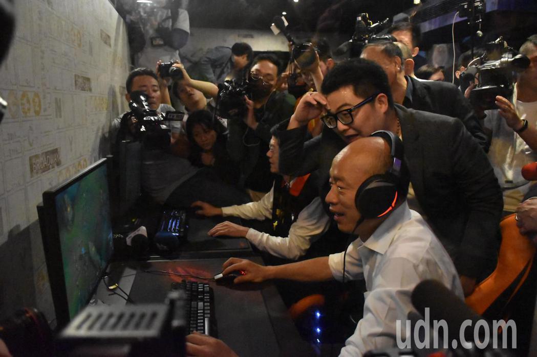 韓國瑜(右一)與羅明才嘗試玩電競遊戲。記者江婉儀/攝影
