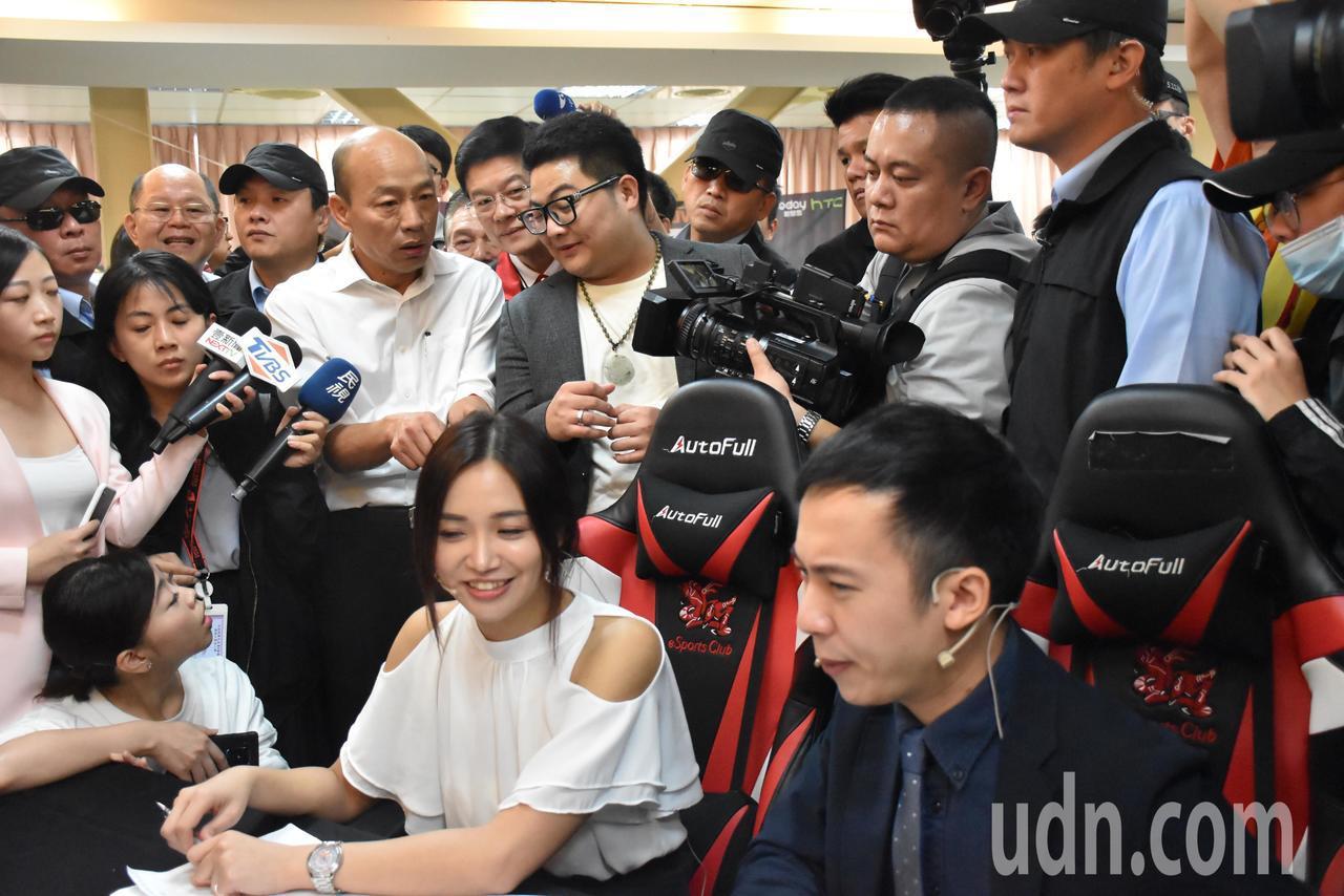 學校老師(後排左五)講解電競產業班,從選手打比賽、電競主播看著遊戲畫面講解、韓國...