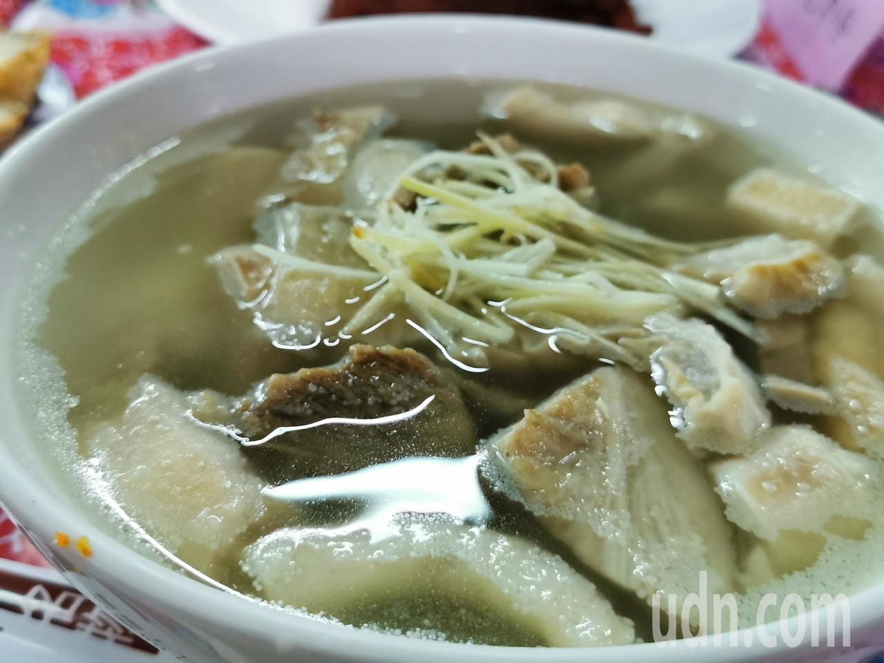 王家牛雜湯是旅人到東市場必嘗美食。記者卜敏正/攝影