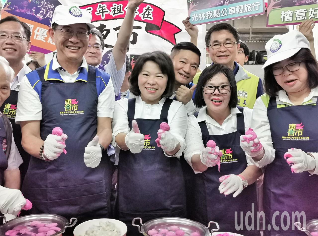 嘉義市長黃敏惠(中)今天上午率領市府團隊,到嘉義市東市場「辦桌」試吃、試做手工魚...