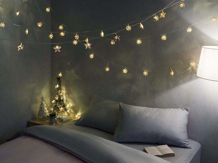 燈串橫跨空中可營造滿天星斗的效果,特力屋木藝燈串系列共有雪花、五角星、風車等3款...
