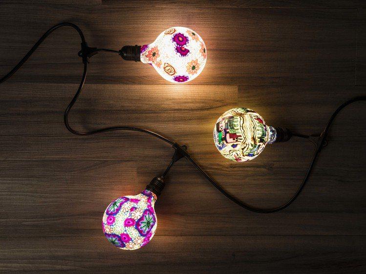 特力屋塗鴉燈泡的燈光柔和,表面塗鴉圖案也更加鮮明立體,可透過燈串線連接。塗鴉5W...