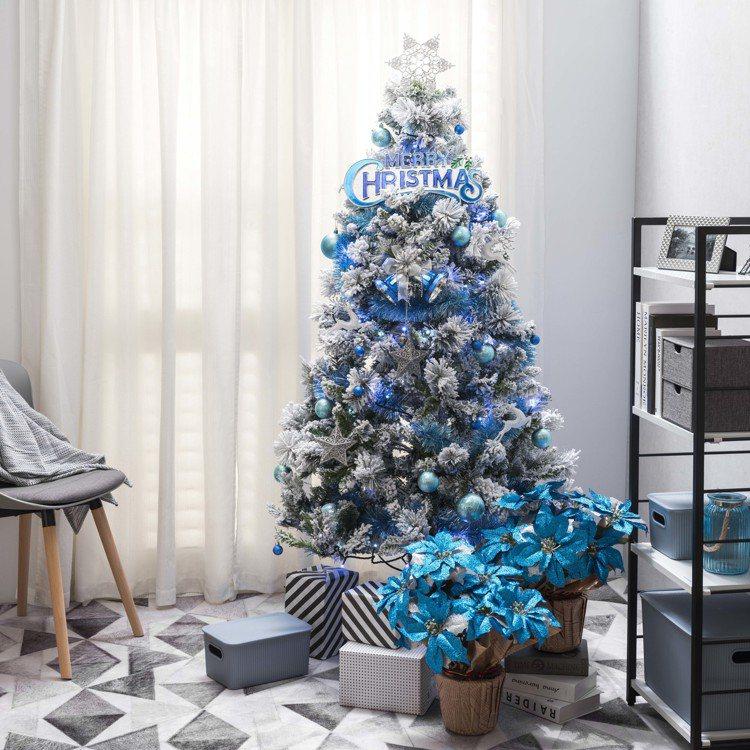 特力屋6尺藍銀植絨耶誕樹,套裝價 5,118元。圖/特力屋提供