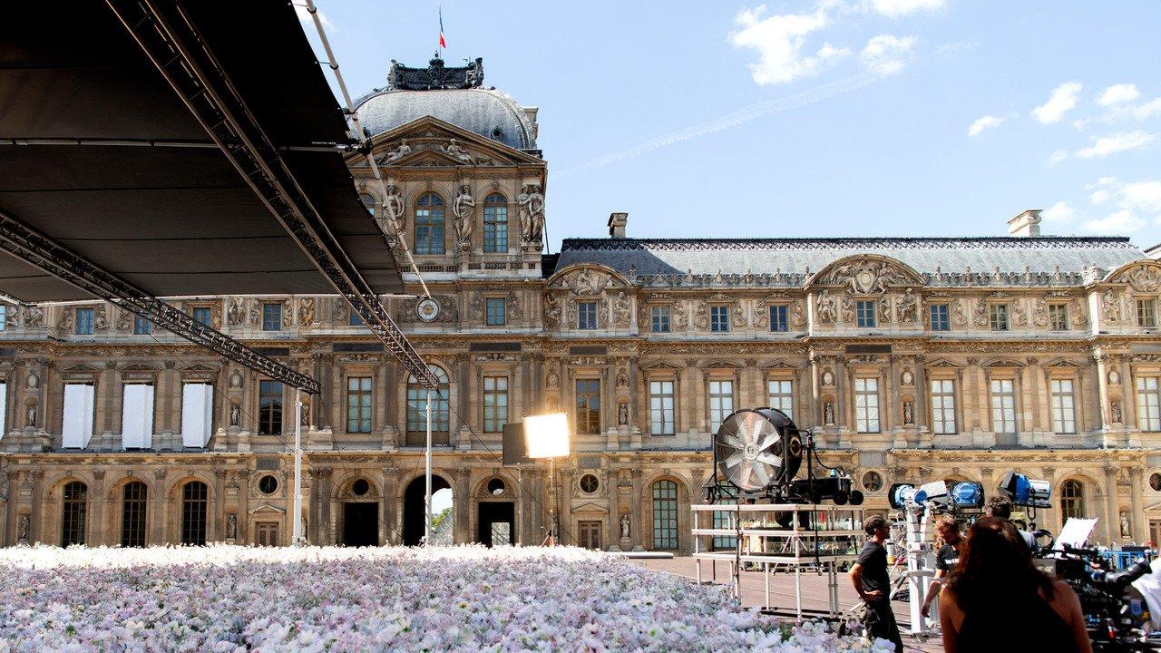 巴黎羅浮宮前的壯闊花海,是影片拍攝的佈景之一。圖/LV提供