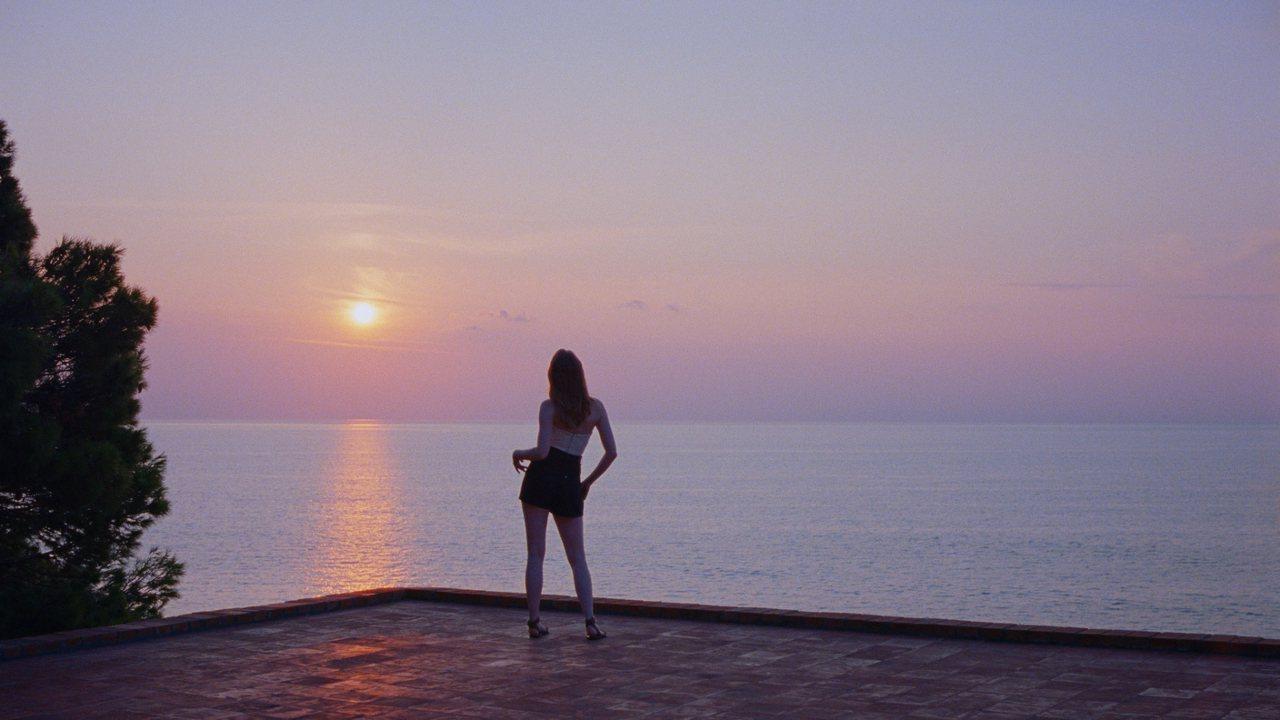 艾瑪史東在卡布里島海濱黃昏拍攝形象廣告的側記。圖/LV提供