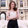 艾瑪史東LV香水廣告和帥哥啵啵 羅浮宮花海太壯觀