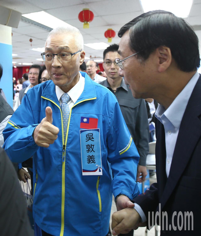 國民黨黨主席吳敦義(左)上午出席國民黨中央委員會議,投票完受訪時表示,「對投票結...