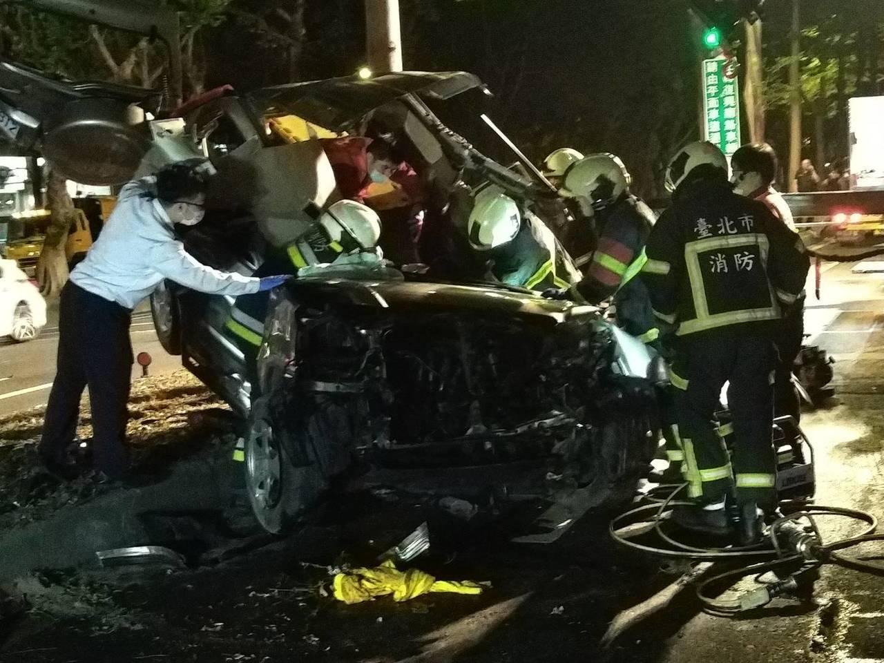 39歲賴姓男子駕車行經辛亥路2段171巷時,因不明原因高速撞上分隔島,整個車體凹...