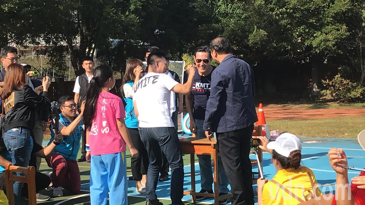 前總統馬英九與學生一起玩趣味競賽,江啟臣也玩心大開,猜贏拳後拿彩色筆在馬臉上「塗...