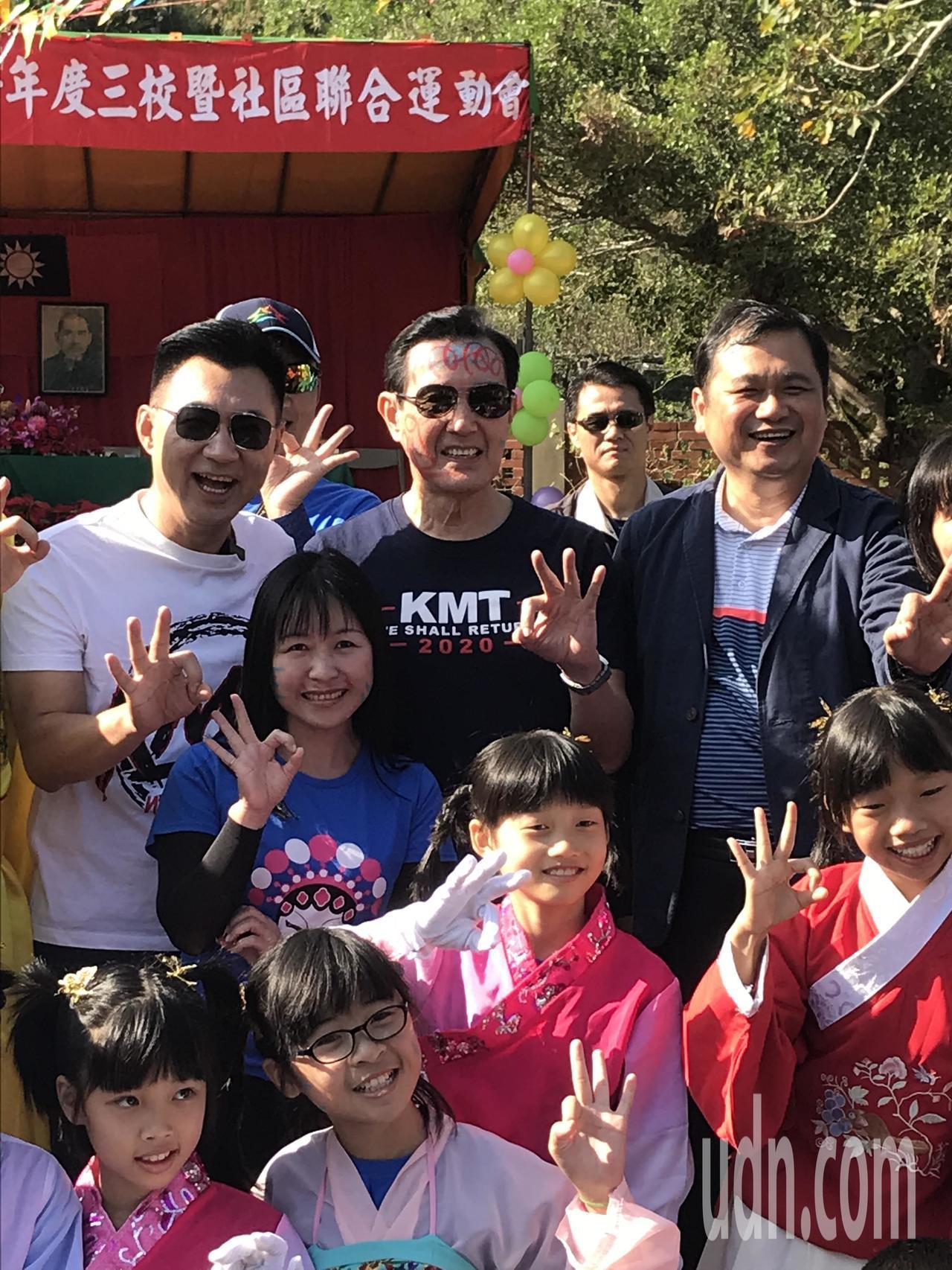 前總統馬英九臉被小朋友畫成花臉,馬英九燦笑回答,「很棒啊!」,更直言,「小朋友很...