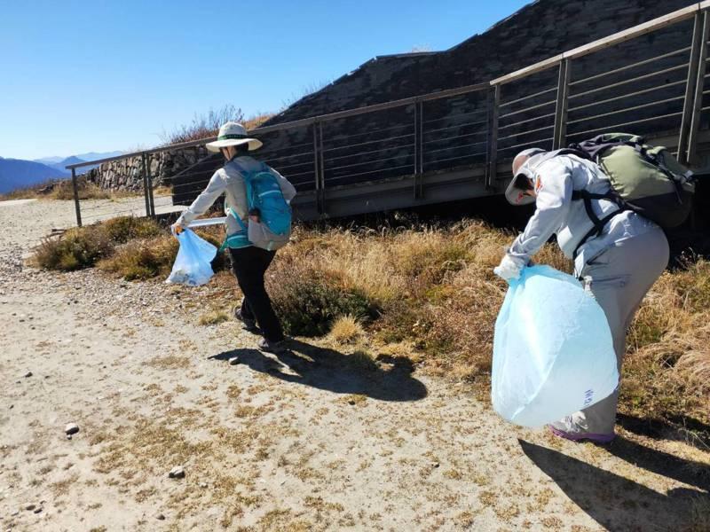 120名志工今天在合歡山淨山,清出20大包垃圾,箭竹林中有不少菸蒂、衛生紙,讓志工擔心引發山林火警。圖/南投林管處提供