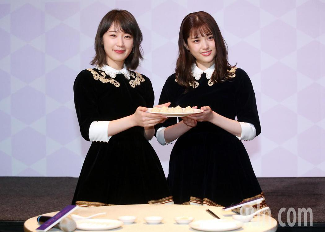 乃木坂46成員松村沙友理(右)、高山一實,記者會現場並開心的品嘗小籠包 喝珍珠奶...